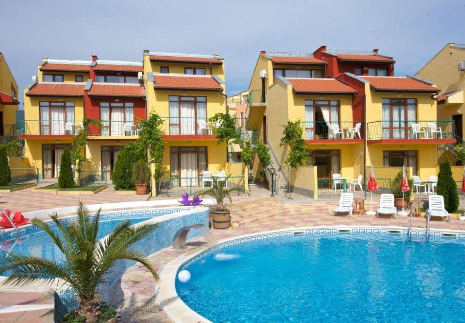 Нощувка на човек + басейн в семеен хотел Ялта, между Слънчев бряг и Св. Влас, снимка 2