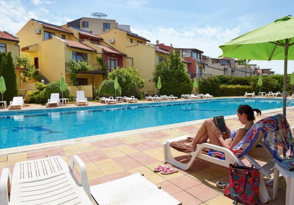 Нощувка на човек + басейн в семеен хотел Ялта, между Слънчев бряг и Св. Влас, снимка 7