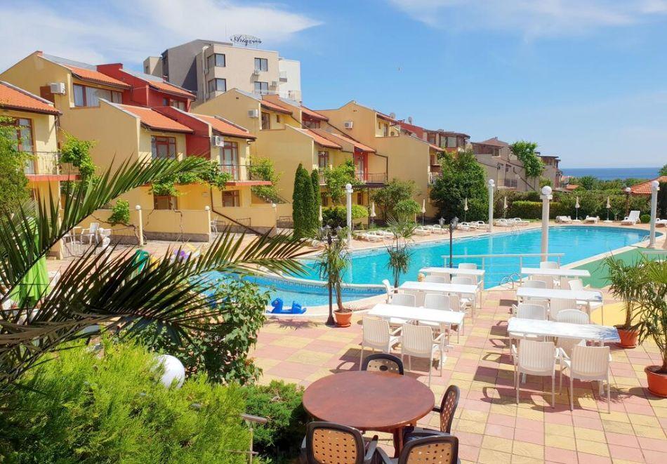 Нощувка на човек + басейн в семеен хотел Ялта, между Слънчев бряг и Св. Влас, снимка 3