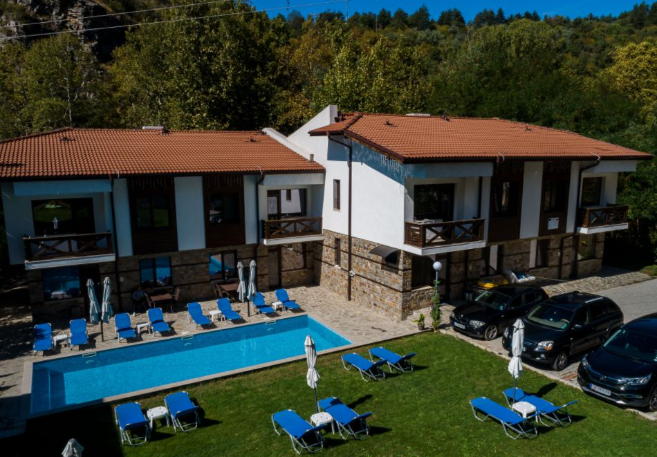 Нощувка със закуска за четирима в апартамент + външен минерален басейн в Къщи за гости Релакс, Огняново, снимка 2