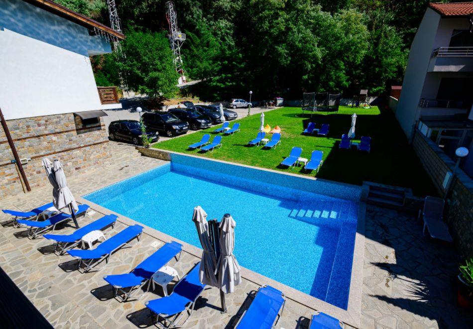 Нощувка със закуска за четирима в апартамент + външен минерален басейн в Къщи за гости Релакс, Огняново, снимка 15
