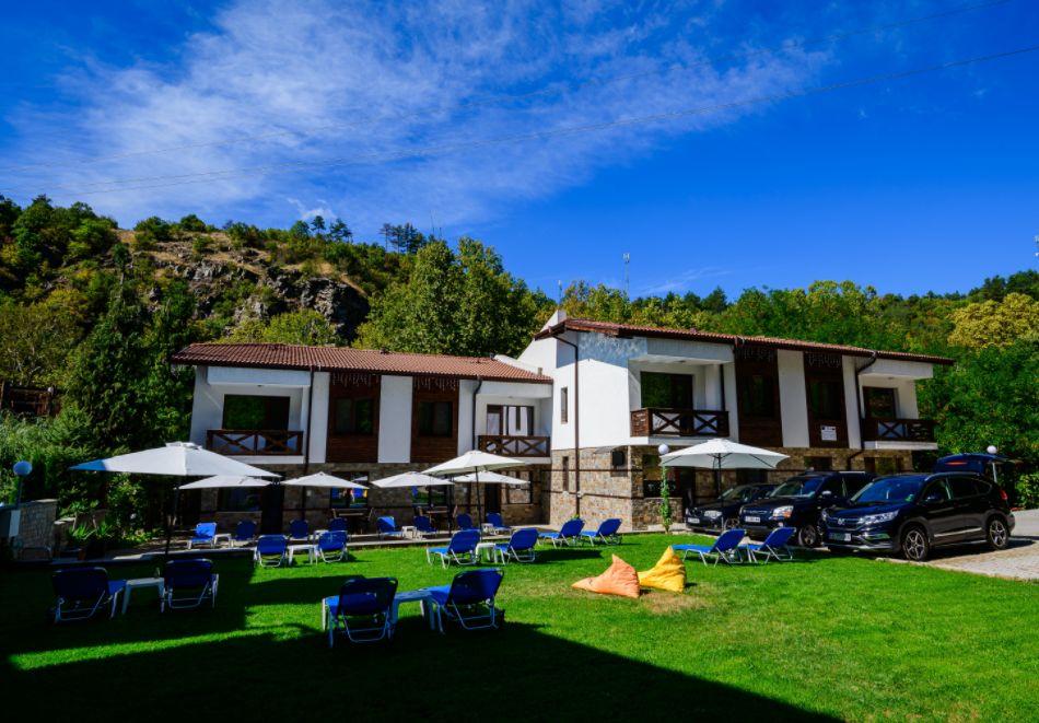 Нощувка със закуска за четирима в апартамент + външен минерален басейн в Къщи за гости Релакс, Огняново, снимка 6