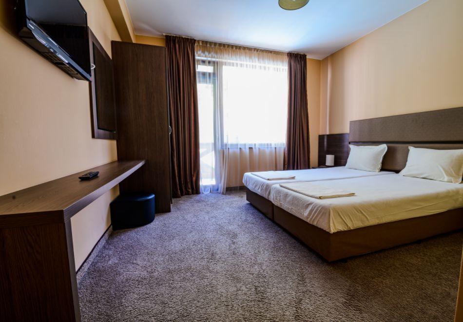 Нощувка със закуска за четирима в апартамент + външен минерален басейн в Къщи за гости Релакс, Огняново, снимка 9