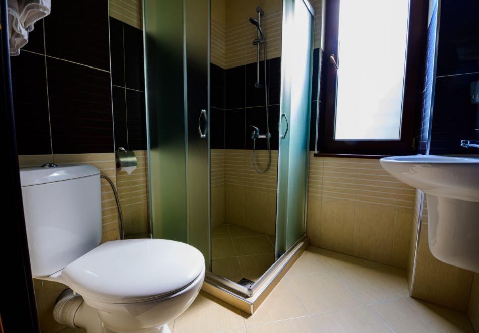 Нощувка със закуска за четирима в апартамент + външен минерален басейн в Къщи за гости Релакс, Огняново, снимка 12