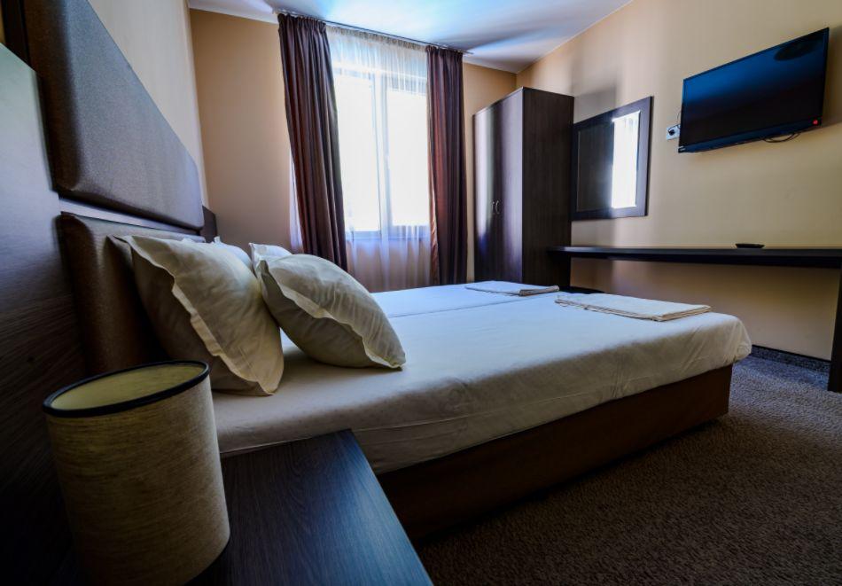 Нощувка със закуска за четирима в апартамент + външен минерален басейн в Къщи за гости Релакс, Огняново, снимка 10