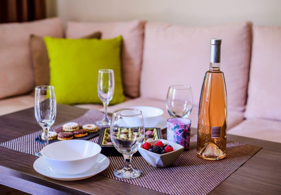 Нощувка със закуска за четирима в апартамент + външен минерален басейн в Къщи за гости Релакс, Огняново, снимка 18