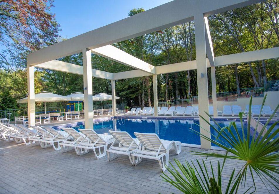 Нощувка на човек на база All Inclusive + басейн в хотел Ариана, Китен на 200м. от плажа. ДВЕ ДЕЦА ДО 11.99Г. БЕЗПЛАТНО., снимка 4
