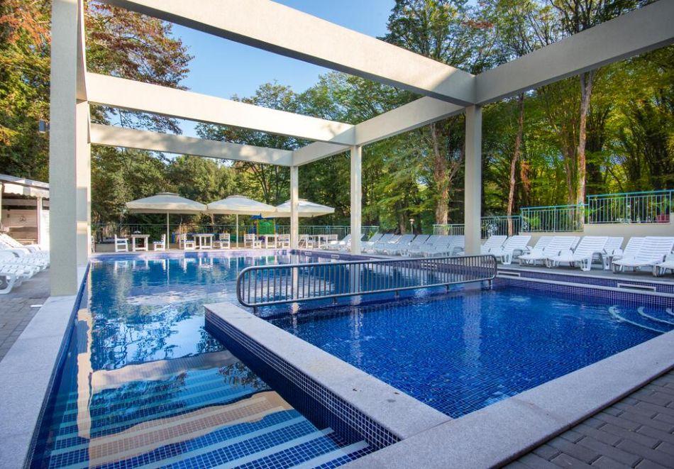 Нощувка на човек на база All Inclusive + басейн в хотел Ариана, Китен на 200м. от плажа. ДВЕ ДЕЦА ДО 11.99Г. БЕЗПЛАТНО., снимка 3