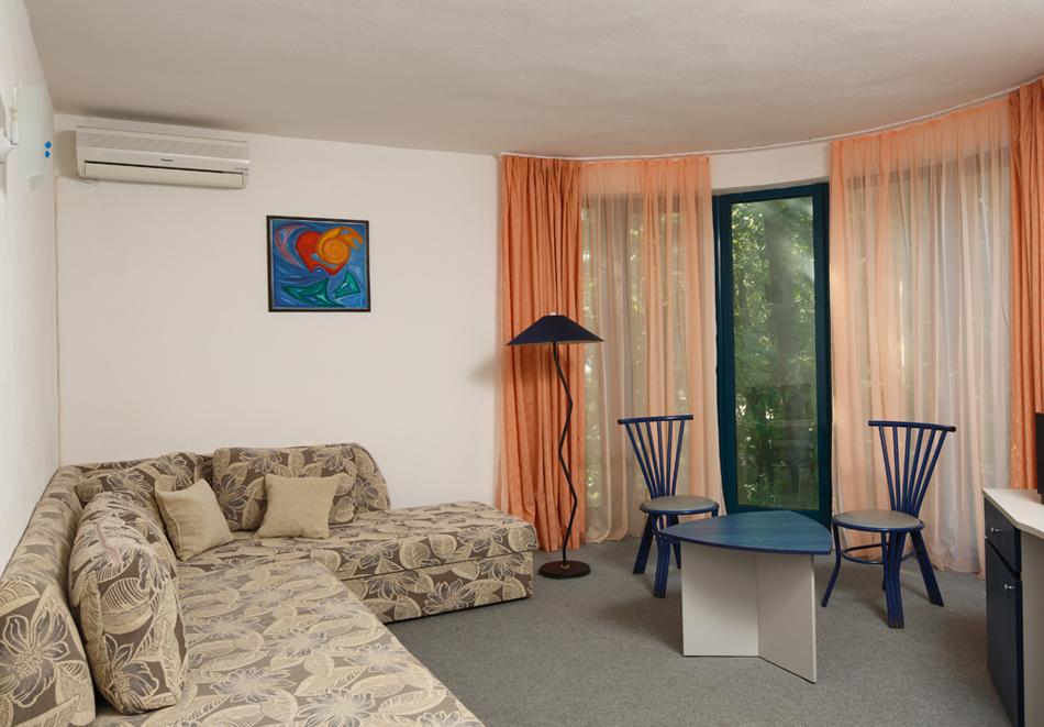 На 100м. от плаж Атлиман. Нощувка на човек със закуска и вечеря + басейн в хотел Елмар, Китен. Дете до 7.99г. БЕЗПЛАТНО., снимка 7