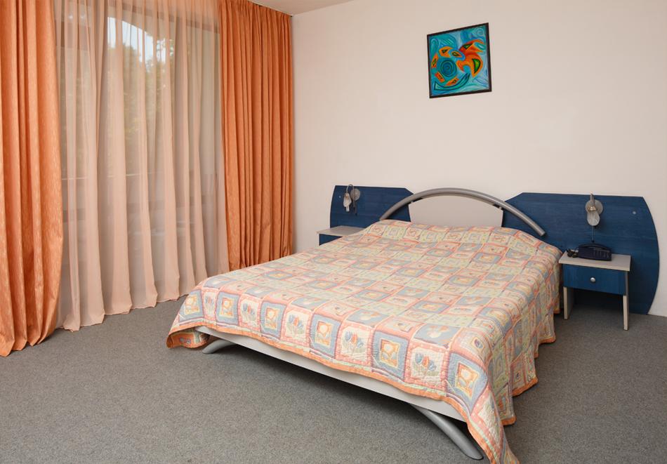 На 100м. от плаж Атлиман. Нощувка на човек със закуска и вечеря + басейн в хотел Елмар, Китен. Дете до 7.99г. БЕЗПЛАТНО., снимка 6