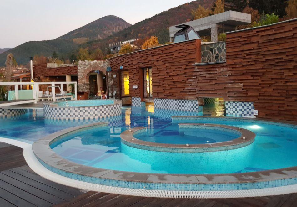 7 нощувки на човек със закуски и вечери + минерални басейни + вход за Аква клуб Котвата и релакс зона в хотел Петте елемента, Сапарева баня, снимка 3