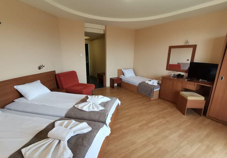 Нощувка за ДВАМА в хотел Париж, Балчик, снимка 7