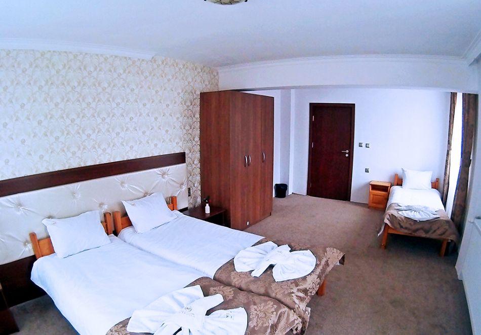 Почивка на брега на язовир Доспат! 2 + нощувки със закуски на човек в хотел Мерджан, снимка 6