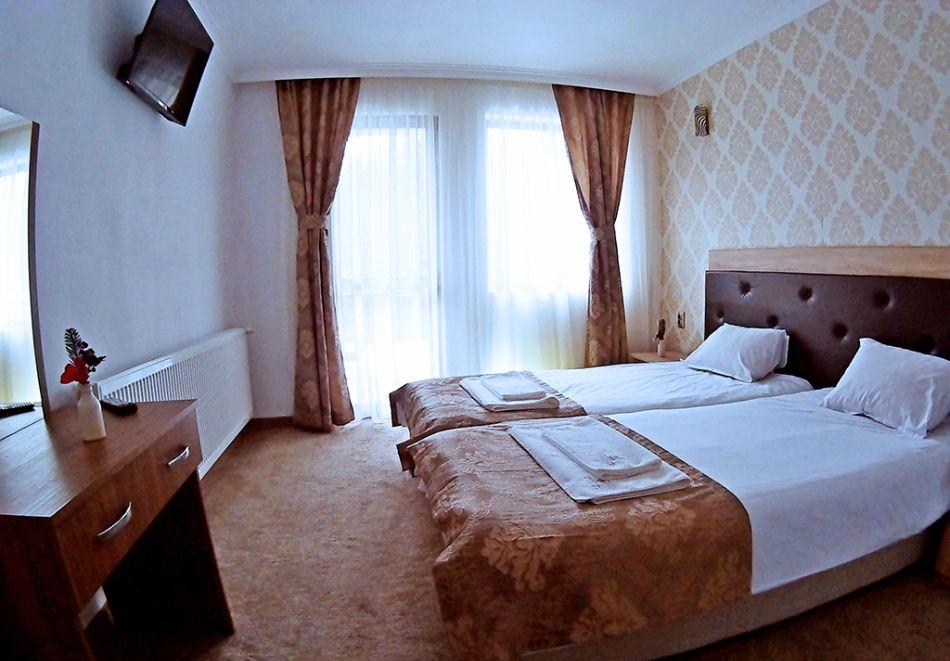 Почивка на брега на язовир Доспат! 2 + нощувки със закуски на човек в хотел Мерджан, снимка 4