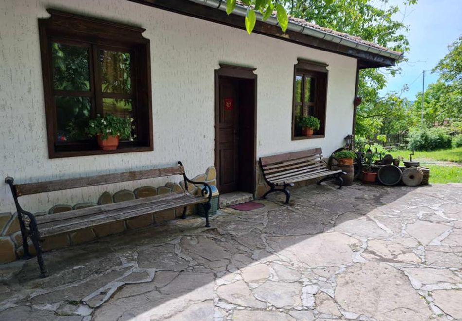 Наем на самостоятелна къща с капацитет до 8 човека с барбекю и механа с камина. Две, три или четири нощувки в къща за гости Под орехите до Трявна, снимка 2