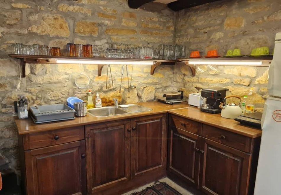 Наем на самостоятелна къща с капацитет до 8 човека с барбекю и механа с камина. Две, три или четири нощувки в къща за гости Под орехите до Трявна, снимка 8