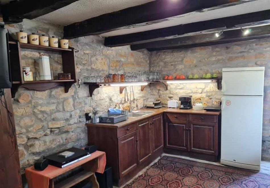 Наем на самостоятелна къща с капацитет до 8 човека с барбекю и механа с камина. Две, три или четири нощувки в къща за гости Под орехите до Трявна, снимка 3