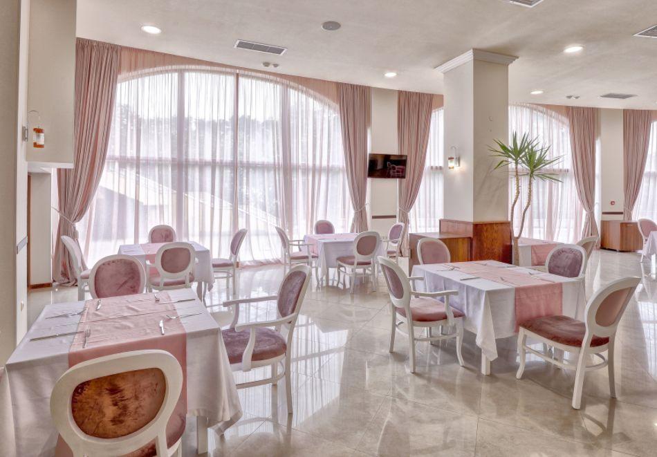 Нощувка със закуска на човек + басейн с морска вода и релакс зона в хотел Континентал, Златни Пясъци! Дете до 12г. - БЕЗПАЛТНО, снимка 7