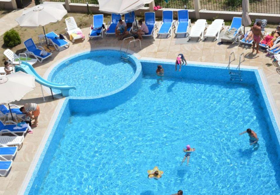На първа линия в Кранево. Нощувка на човек на база All inclusive + басейни, шезлонг и чадър от хотел Верамар Бийч****, снимка 8
