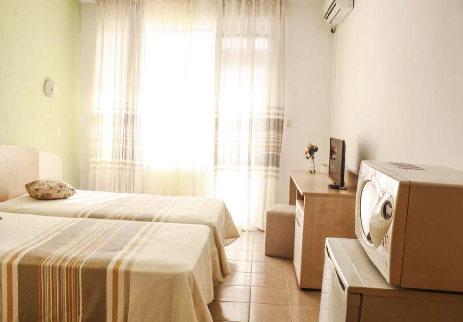 Нощувка на човек със закуска + басейн в хотел Алба Фемили Клуб, Приморско!, снимка 6