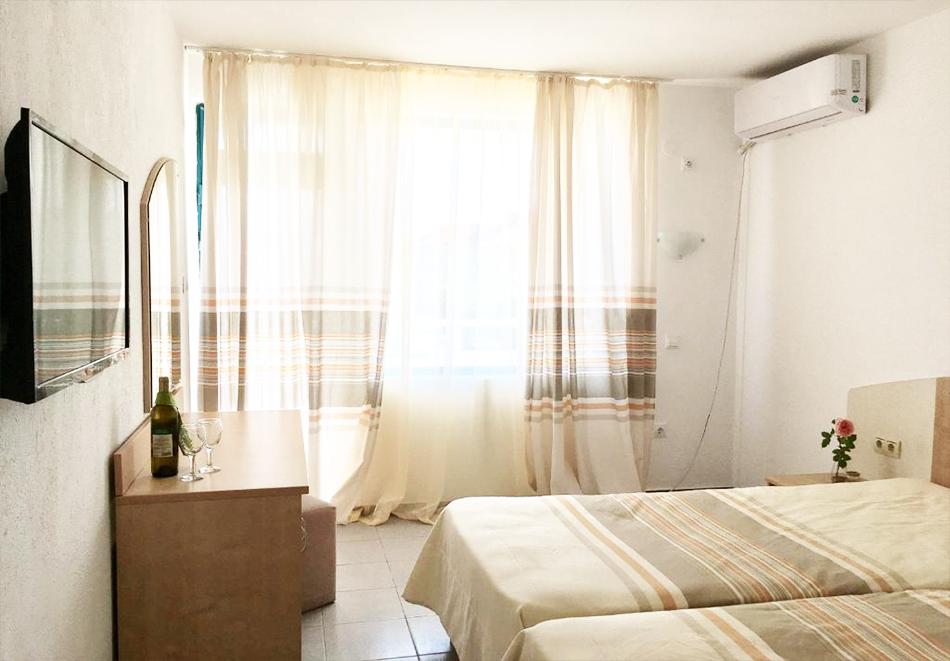 Нощувка на човек със закуска + басейн в хотел Алба Фемили Клуб, Приморско!, снимка 7
