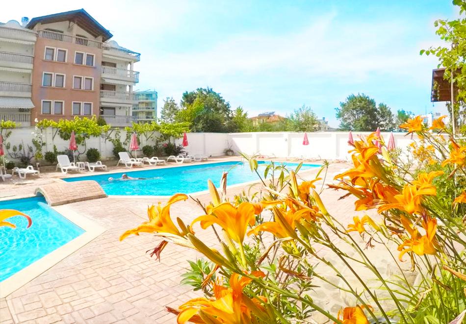 Нощувка на човек със закуска + басейн в хотел Алба Фемили Клуб, Приморско!, снимка 2