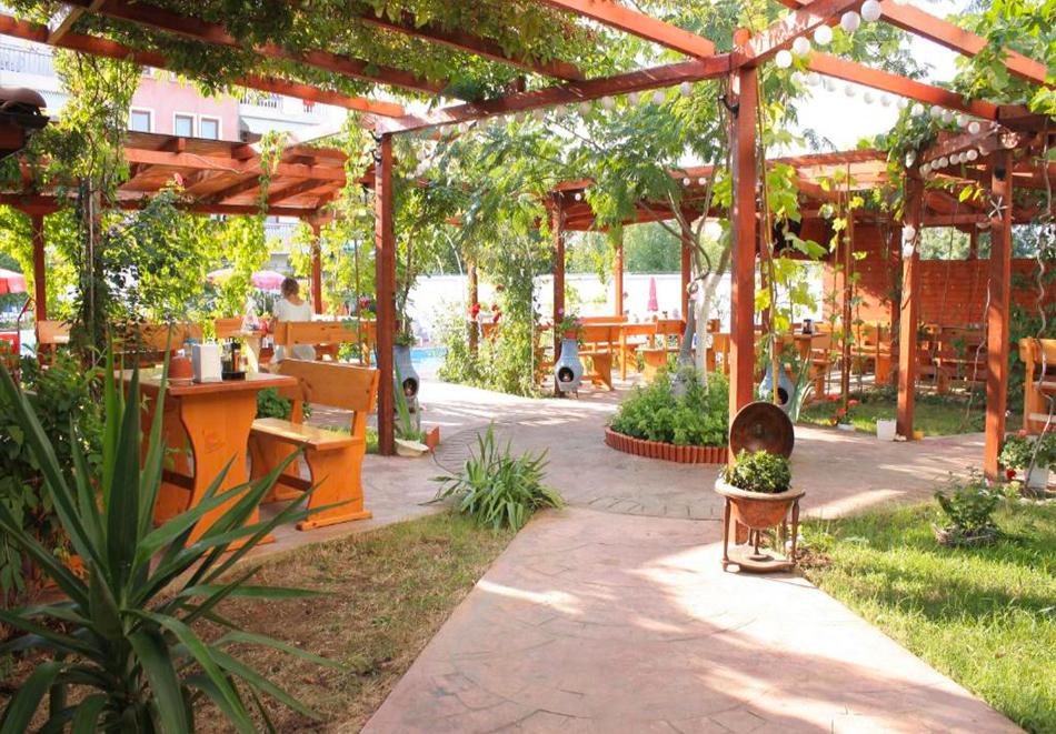 Нощувка на човек със закуска + басейн в хотел Алба Фемили Клуб, Приморско!, снимка 4
