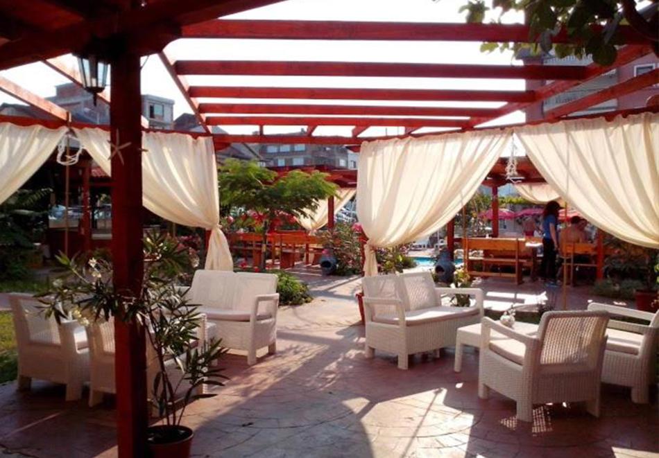 Нощувка на човек със закуска + басейн в хотел Алба Фемили Клуб, Приморско!, снимка 5