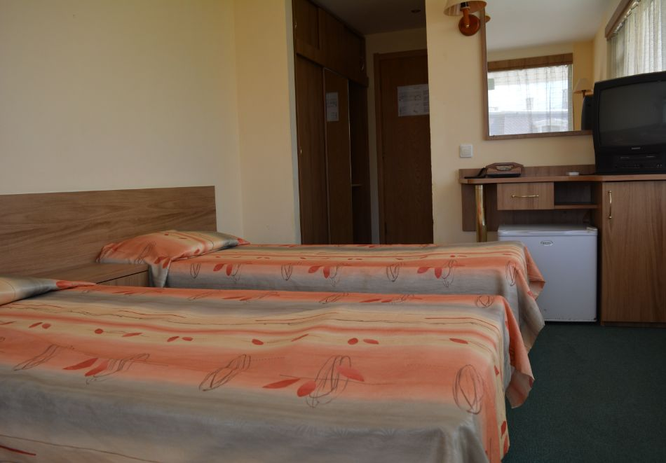 Нощувка на човек със закуска и вечеря + басейн и 3 водни пързалки от Хотел Росица, Св. Св. Константин и Елена, снимка 9