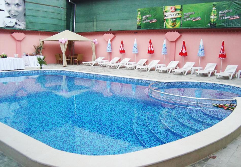 Нощувка на човек + минерален басейн и релакс пакет в хотел Релакс, Стрелча, снимка 3