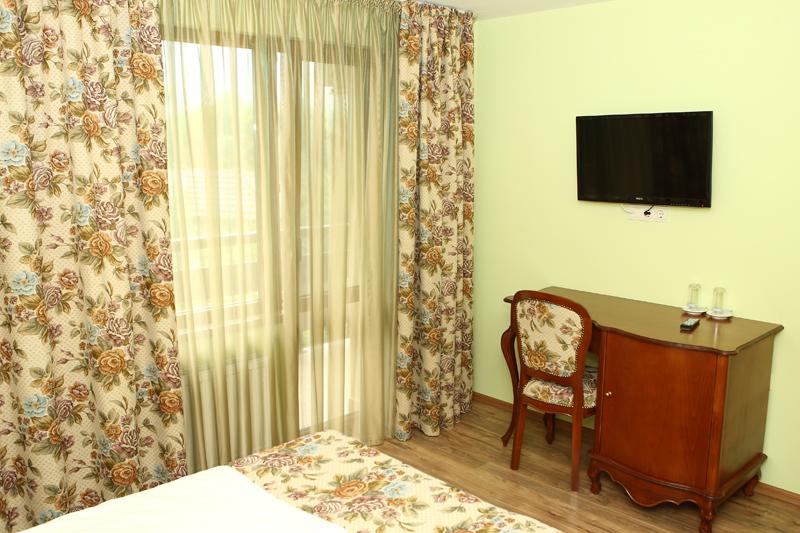 Нощувка на човек със закуска и вечеря + басейн в Семеен хотел Куклите 2, край Трявна, снимка 9