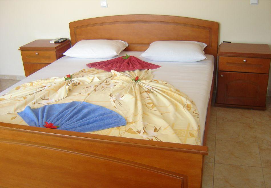 Нощувка със закуска на човек + басейн в Хотел Крис, Свети Влас, снимка 15