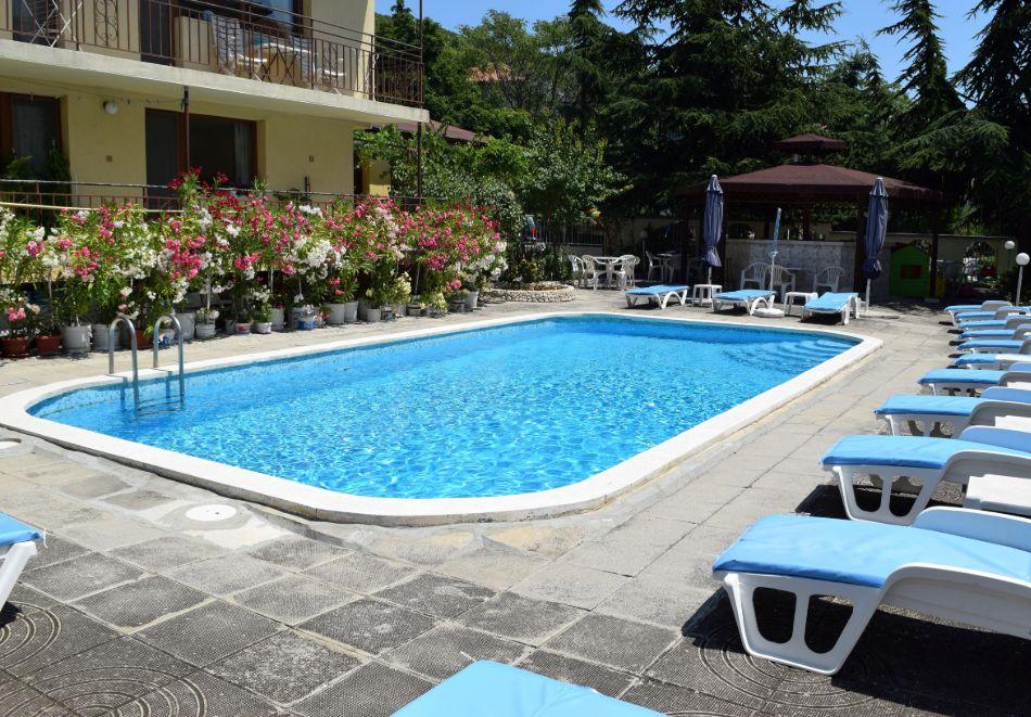 Нощувка със закуска на човек + басейн в Хотел Крис, Свети Влас, снимка 3