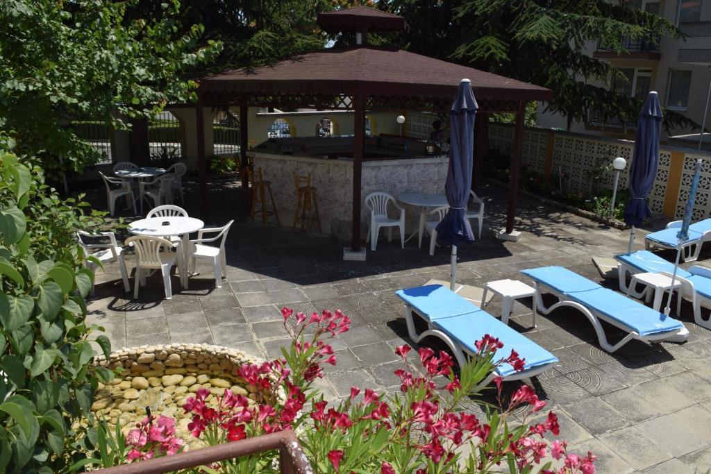 Нощувка със закуска на човек + басейн в Хотел Крис, Свети Влас, снимка 6