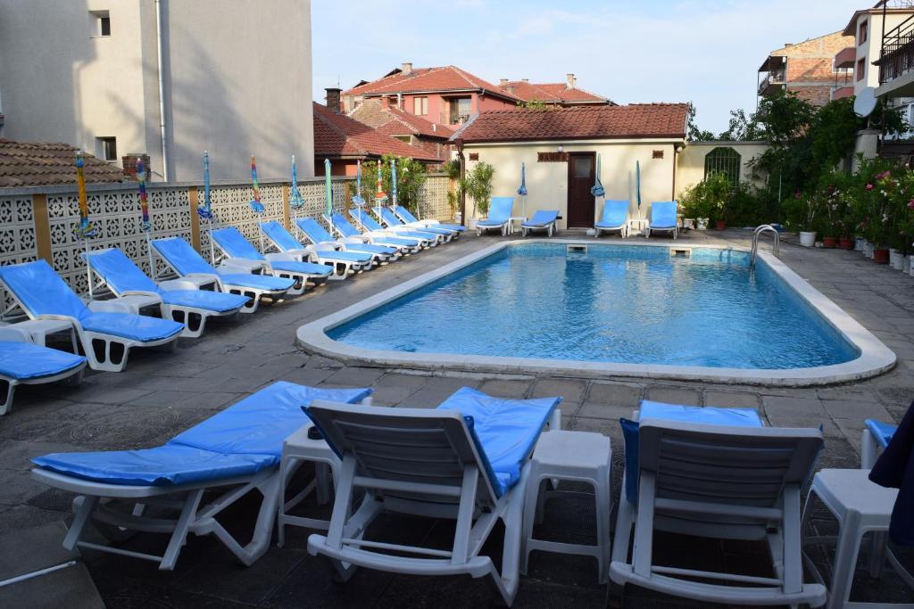 Нощувка със закуска на човек + басейн в Хотел Крис, Свети Влас, снимка 7