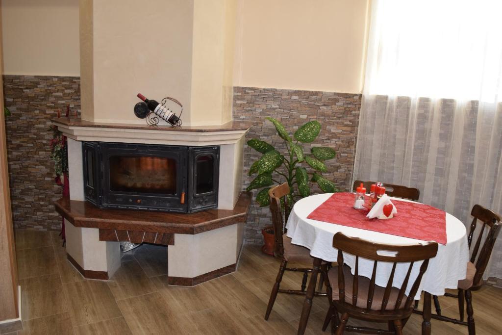 Нощувка със закуска на човек + басейн в Хотел Крис, Свети Влас, снимка 9