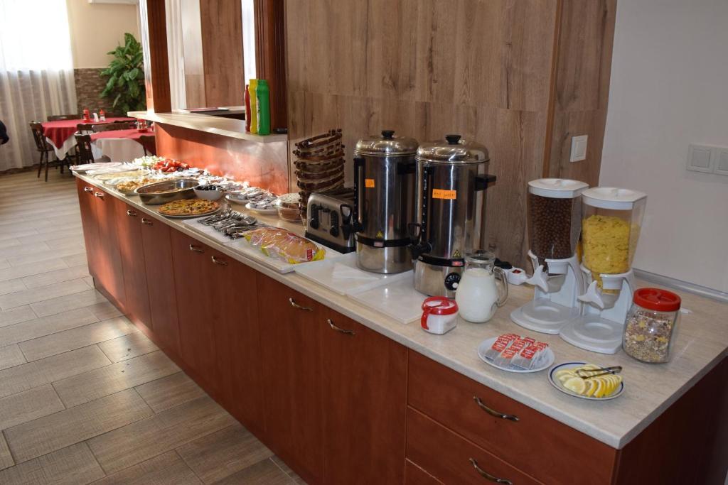 Нощувка със закуска на човек + басейн в Хотел Крис, Свети Влас, снимка 11