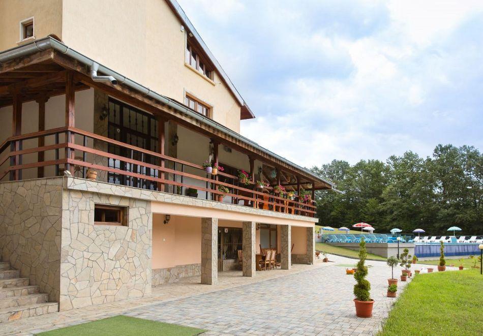 Нощувка със закуска на човек + басейн в семеен хотел Горски кът, с. Врабево край Троян, снимка 16