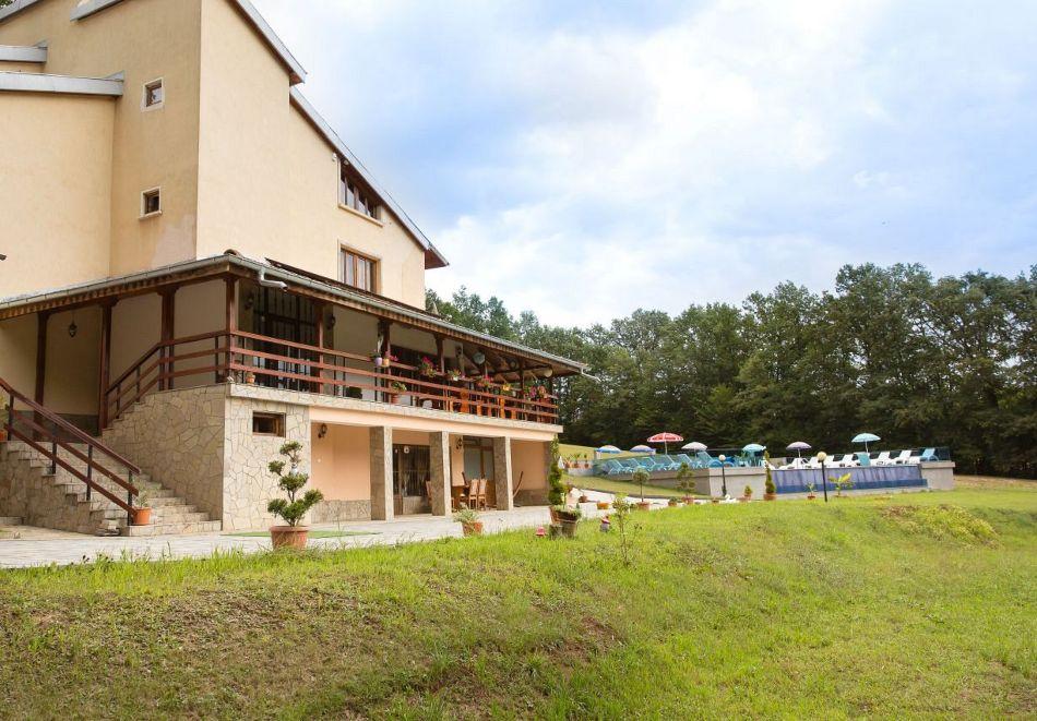 Нощувка със закуска на човек + басейн в семеен хотел Горски кът, с. Врабево край Троян, снимка 15