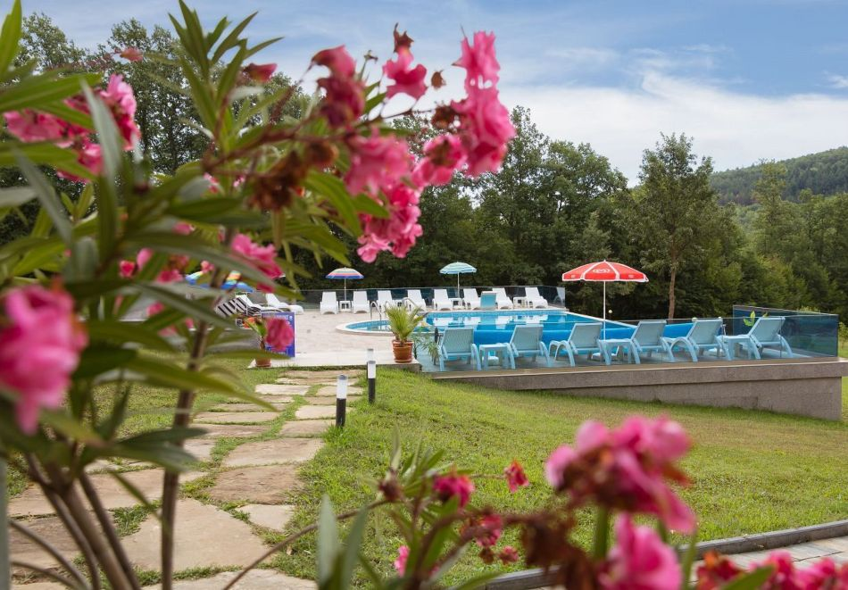 Нощувка със закуска на човек + басейн в семеен хотел Горски кът, с. Врабево край Троян, снимка 5