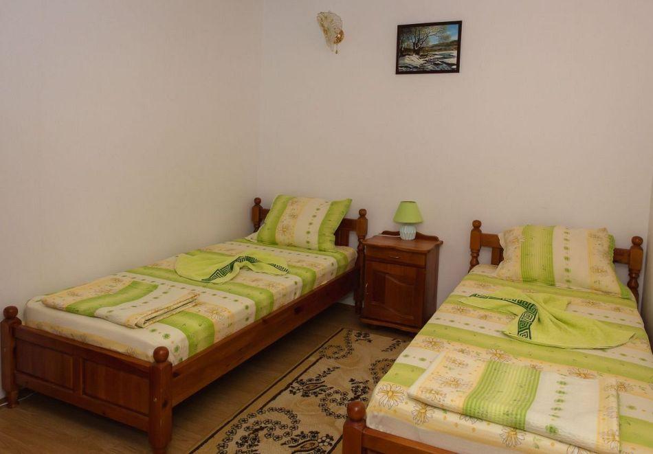 Нощувка със закуска на човек + басейн в семеен хотел Горски кът, с. Врабево край Троян, снимка 9