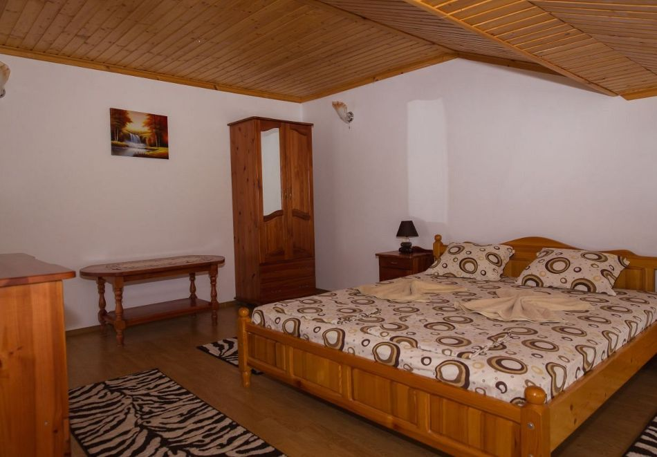 Нощувка със закуска на човек + басейн в семеен хотел Горски кът, с. Врабево край Троян, снимка 6