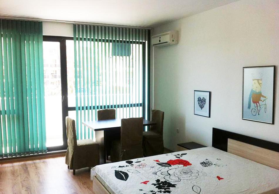 На първа линия през септември в Созопол! Нощувка за двама или четирима в студио, апартамент или мезонет + бонус 5 = 6 нощувки от хотел Азур, снимка 4