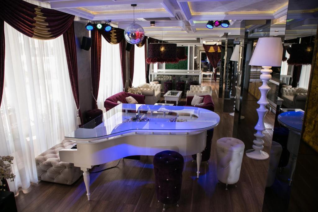 Нощувка на човек + басейн и джакузи в хотел Хармони Палас, Слънчев бряг, снимка 19