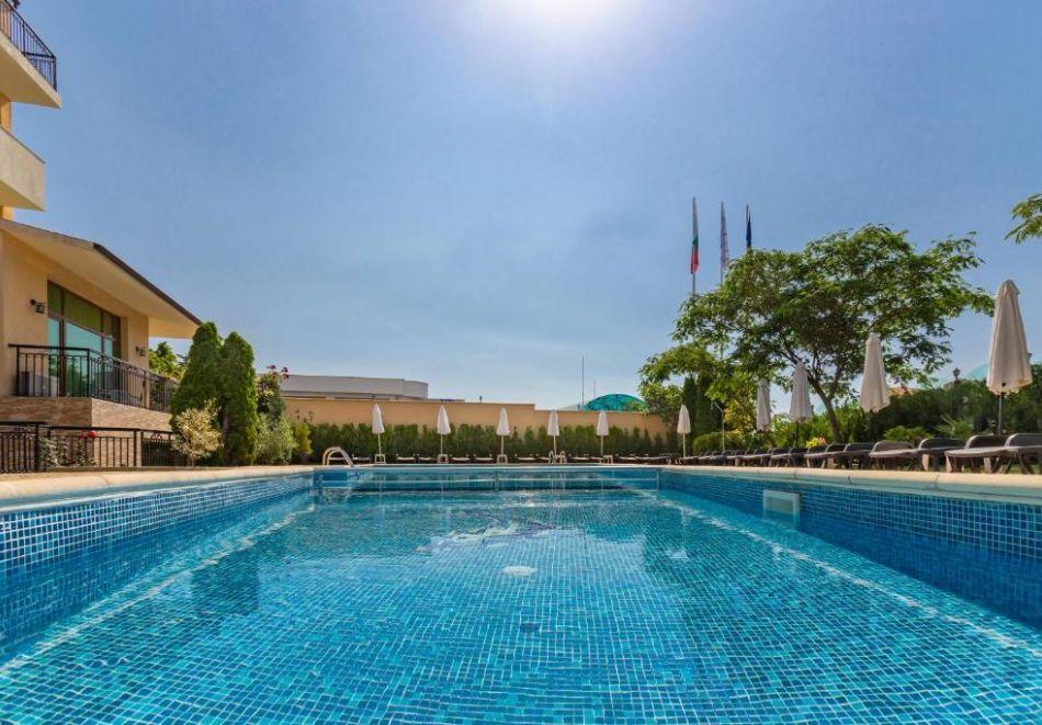 Късно лято в Свети Влас. Нощувка със закуска на човек+ басейн в хотел Джулия***, снимка 10