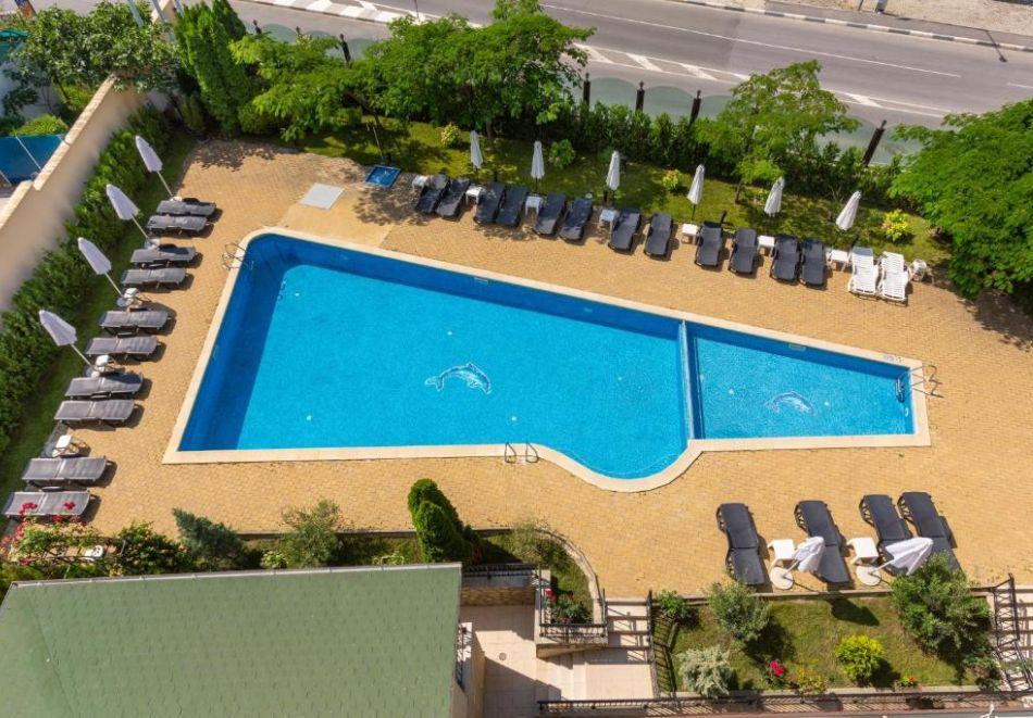 Късно лято в Свети Влас. Нощувка със закуска на човек+ басейн в хотел Джулия***, снимка 7
