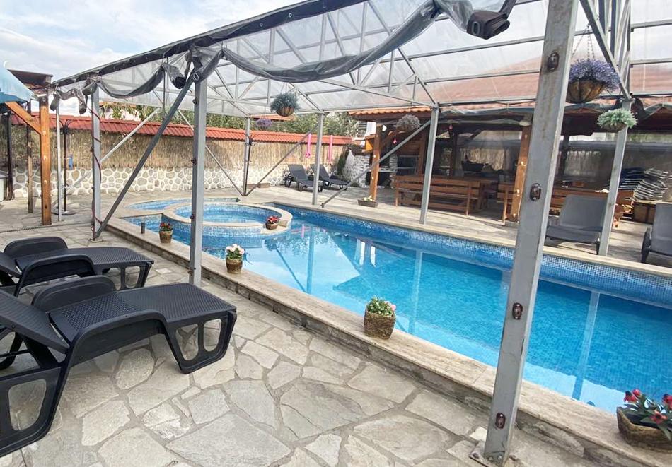 Нощувка за двама със закуска + минерален басейн в семеен хотел Карпе Дием, с. Баня, до Банско, снимка 3