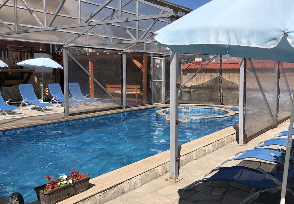 Нощувка за двама със закуска + минерален басейн в семеен хотел Карпе Дием, с. Баня, до Банско, снимка 2
