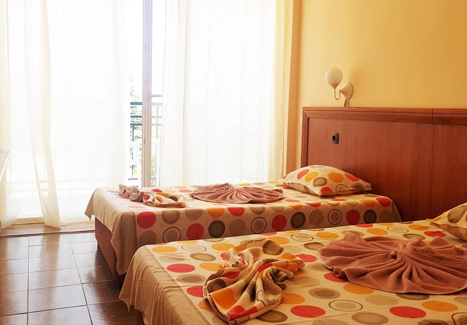 Нощувка на човек със закуска, обяд и вечеря на 100 м. от плажа в хотел ДСК, Кранево, снимка 6