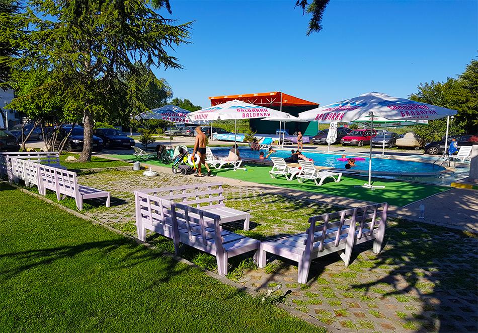 Нощувка на човек със закуска, обяд и вечеря на 100 м. от плажа в хотел ДСК, Кранево, снимка 3